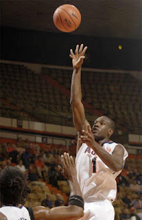 jugador+de+6+dedos Jugador de baloncesto con seis dedos