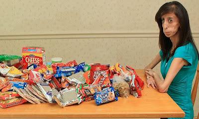 chica+mesa Debe comer cada 15 minutos para sobrevivir