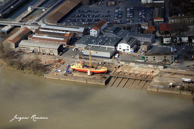vue aérienne de la drague Maqueline en entretien au chantier naval de Bacalan
