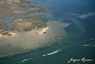 photo aérienne des cabanes tchanquees du bassin d'arcachon