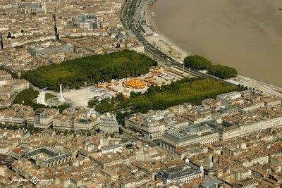 vue aerienne de Bordeaux avec le cirque Pinder sur la place des Quinconces