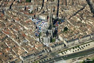 Vue aérienne de la place Saint Michel un jour de marché