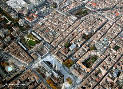 Vue aérienne du centre ville de Bordeaux avec la mairie et la Cathédrale.