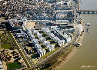 Vue aérienne du pont de pierre et du jardin Botanique de Bordeaux