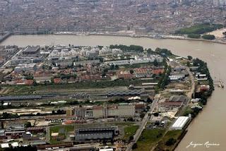 Vue aérienne de la Rive Droite de Bordeaux avec l'imprimerie Sud Ouest au premier plan.
