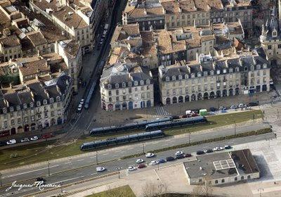 Vue aérienne des quais de Bordeaux avec Tramways au premier plan