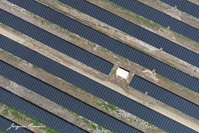 Photo aérienne de panneaux solaire fixes sur la centrale du Garbadan