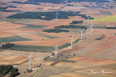Photo aérienne d'un site d'éoliennes en région Poitou Charente
