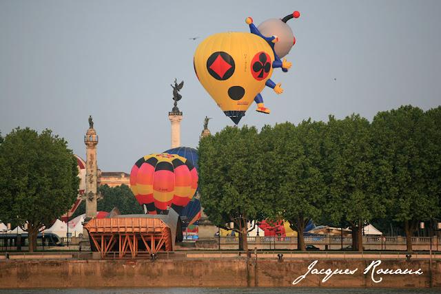 Une étrange mongolfière avec des pattes et une tête qui décolle des Quinconces à Bordeaux