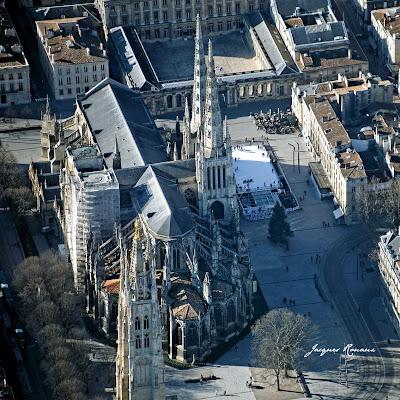 Photo aérienne de la cathédrale de Bordeaux Place Pey Berland avec la patinoire en plein aire face à l'hôtel de ville