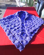 poncho realizados en forma triangular se le puede dar dos usos el de un chal sin las tiras