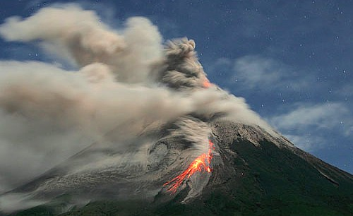 VIDEO Awan Pocong Gunung Merapi Meletus 2010 5/11/10 - YouTube