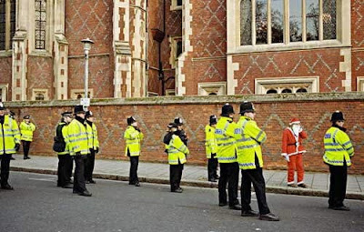 Santa Clause surrounded by police - coincidence pic