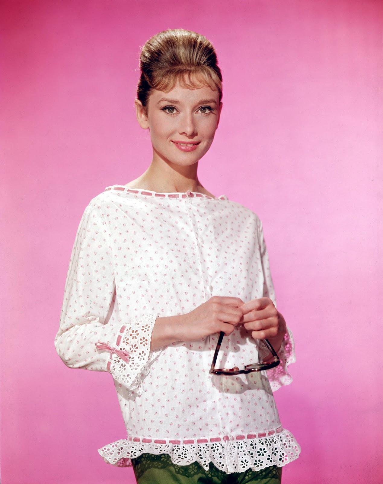 http://2.bp.blogspot.com/_4u_Gqif3e4c/TPRcg2r-kEI/AAAAAAAAAJk/cA0ouLbdaKA/s1600/Audrey-Hepburn-classic-movies-9448671-1745-2200.jpg