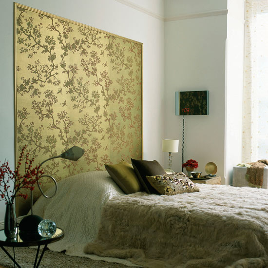 Chinoiserie chic the modern chinoiserie bedroom for Wallpaper headboard