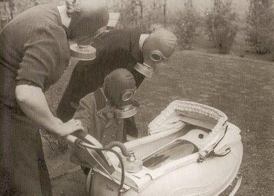 Familia con mascaras de gas