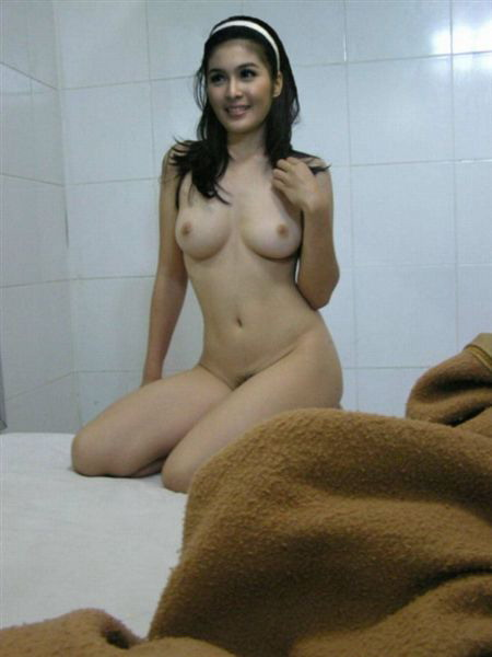 Pinay Posing Naked in Bed