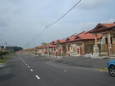iklan rumah on Pandangan deretan rumah dari jalan utama di Fasa 11, Taman Puncak ...