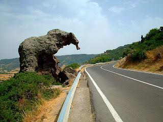 A poca distanza da Castelsardo, sulla Statale134, s'incontra la famosa roccia dell'elefante