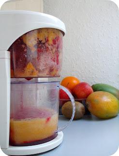 centrifugato di mango, ananas, mirtilli, mele, barbabietola rossa