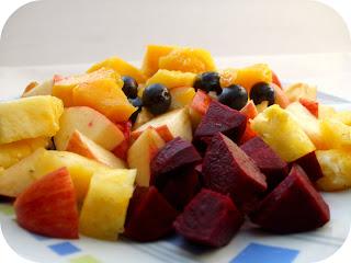 mango, ananas, mirtilli, mele, barbabietola rossa