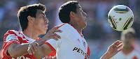 Argentinos Jrs 0 vs River Plate 0 Apertura 2010 Rogelio Funes Mori disputa la pelota