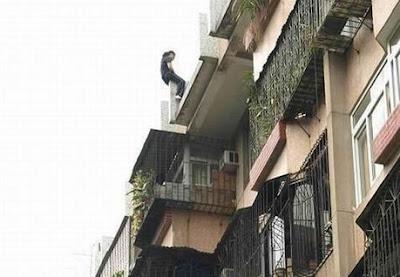Foto Percobaan Bunuh Diri Dari Atas Gedung [ www.BlogApaAja.com ]