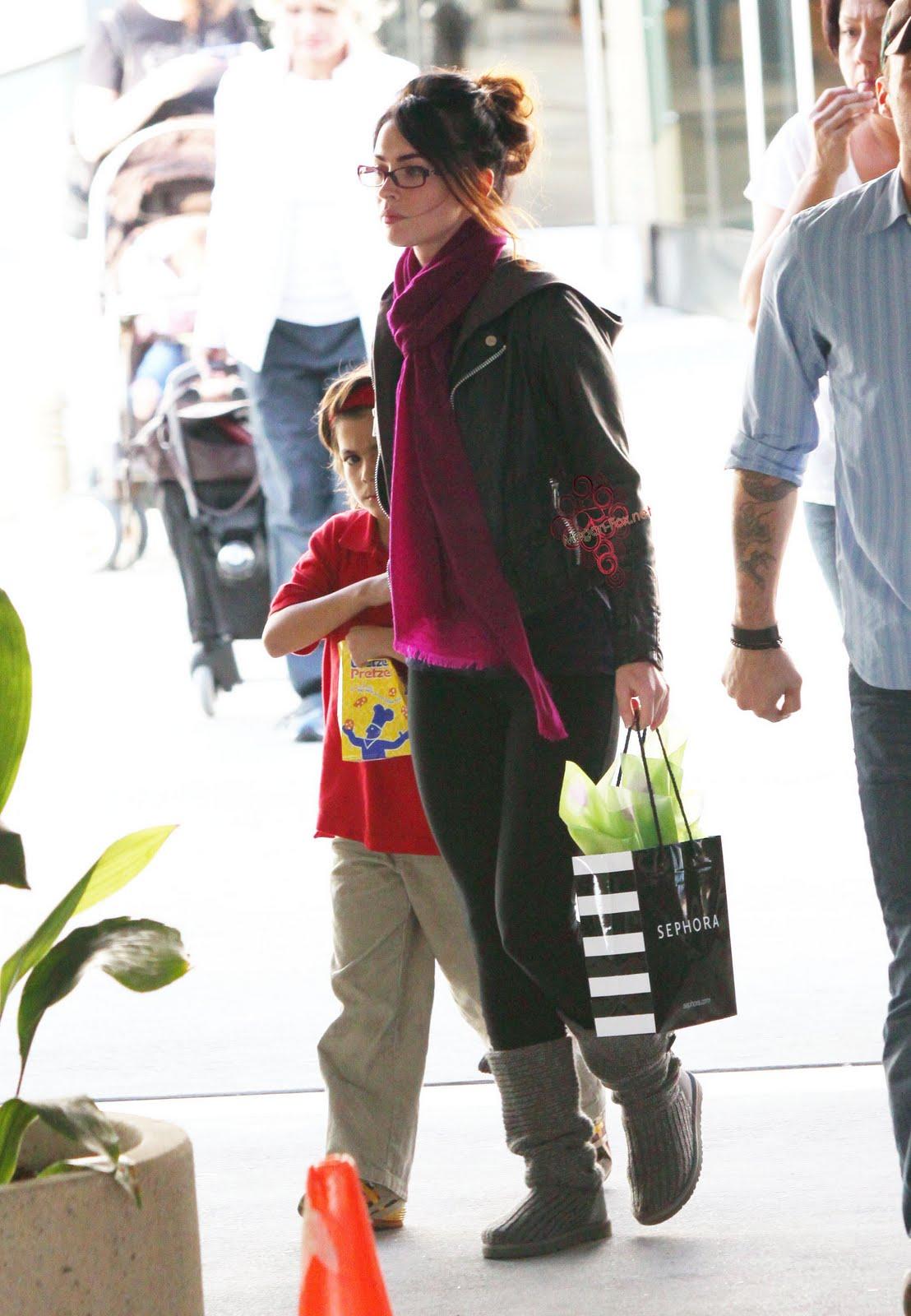 http://2.bp.blogspot.com/_5C0ZRDE7oOM/SwllSPCqdII/AAAAAAAAAUc/wpRu7Yh_Khg/s1600/Megan-fox_net-Sherman-Oaks-mall-2.JPG