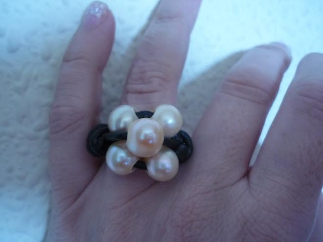 Anillo de cuero y perlas