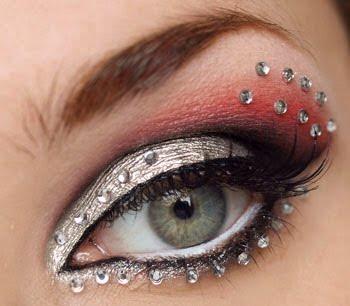 Maquiagem com aplicação de strass