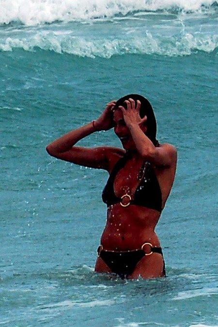 [gallery_main-0529_teri_hatcher_bikini_06.jpg]