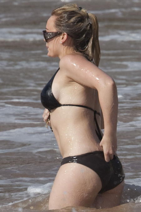 [gallery_main-0624_hilary_duff_bikini_03.jpg]