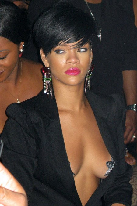 [gallery_main-0706_rihanna_pasties_00.jpg]