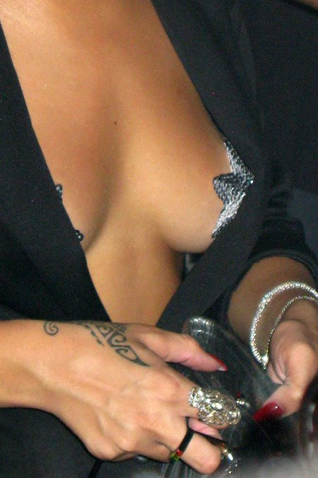 [gallery_main-0706_rihanna_pasties_01.jpg]