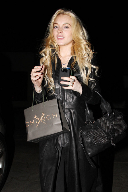 [gallery_main-1108_lindsay_lohan_shopping_04.jpg]