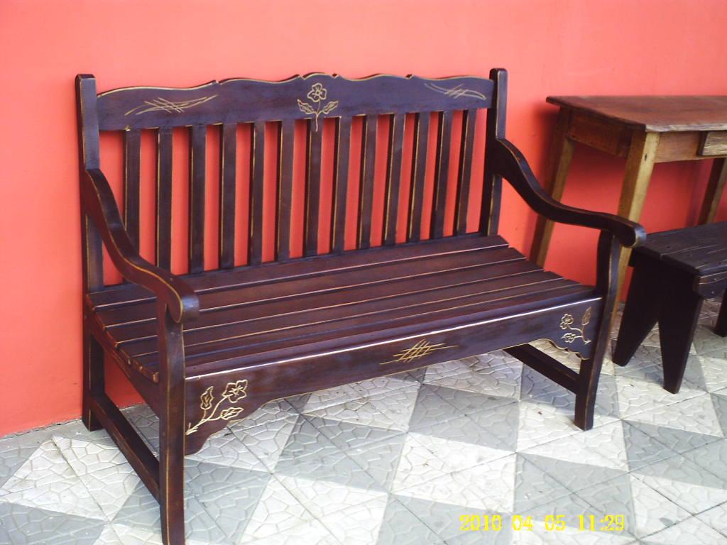 um Banco para Jardim feito com madeira de cedro e com entalhes de  #C21809 1024x768