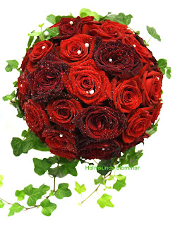 rundbunden röd brudbukett