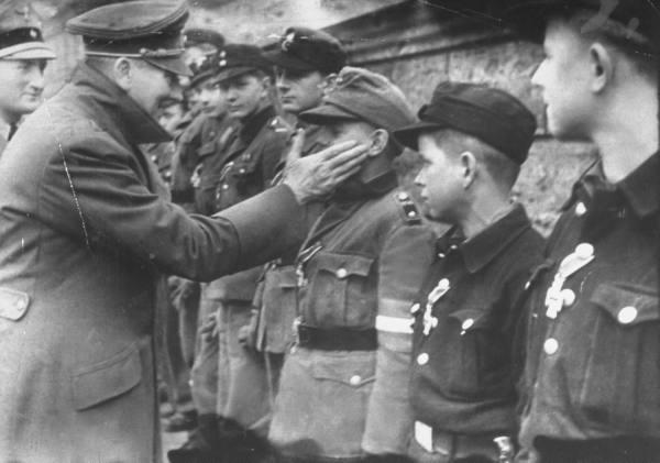 Hitler e jovens