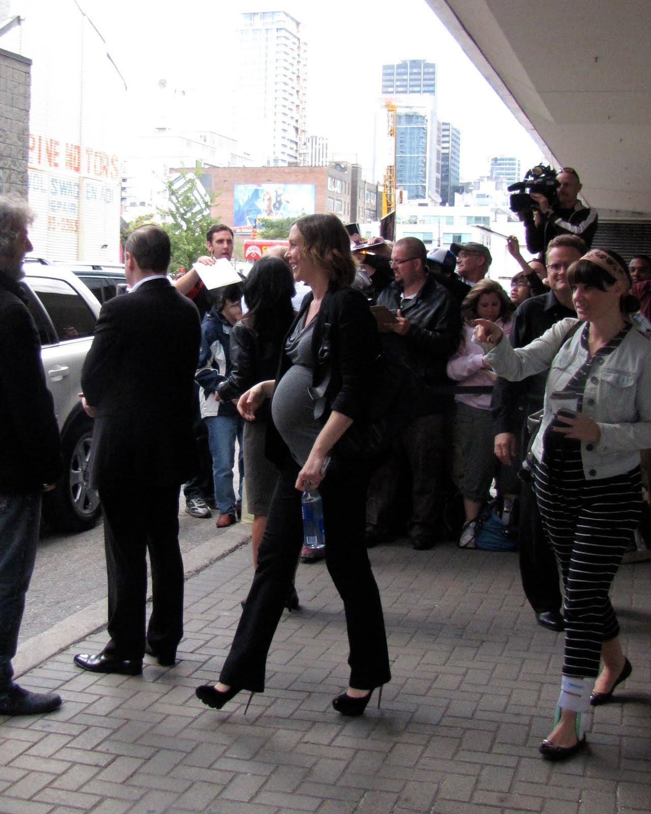 http://2.bp.blogspot.com/_5_7myy6XZuw/TJBppsmRm_I/AAAAAAAAEbw/rwKjVu2ts3U/s1600/Vera+Farmiga+at+Henry\'s+Crime+Press+Conference+Pregnant+2.jpg