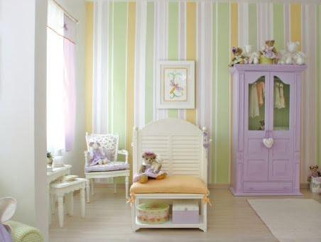 Esse papel de parede listrado deu um ar original ao quarto.