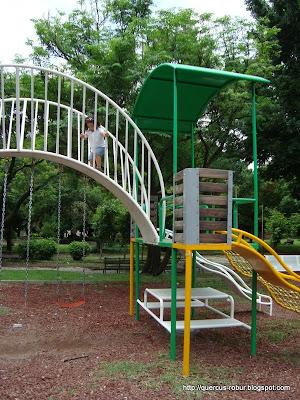 Juegos infantiles en el Parque Liberación