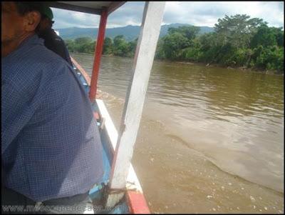 en bote en el rio mayo (moyobamba, peru)