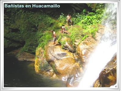bañistas en la catarata de huacamaillo
