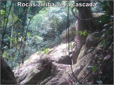 piedra al borde de la parte superior de la cascada de chapawanki (lamas, peru)