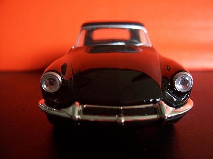 Peugeot 404 Cabriolet- Año 1962 (auto a escala, de frente)- J.E. Rodríguez