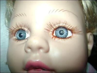 una muñeca que llora sangre
