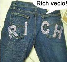 Il famoso jeans Richmond col culo che parla e dice: Rich vecio!