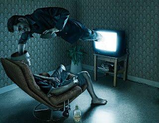 καθισμένοι σε ενα καναπέ, παρακολουθόντας ακόμα μία κενή οθόνη