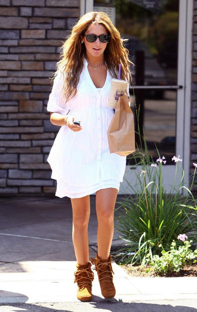http://2.bp.blogspot.com/_5mEorzVZjdA/TI_nT1u1-2I/AAAAAAAAK-c/ax8nLBFqHPU/s1600/ashley_tisdale_white_dress.jpg