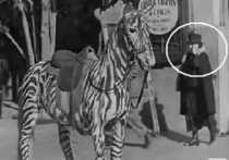 Viaje en el tiempo mujer hablando por celular en 1928 en película de Chaplin The Circus